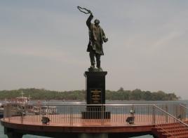 img 3352.jpg Monumant à Ravij Gandhi à Aberdeen bay, Port Blair
