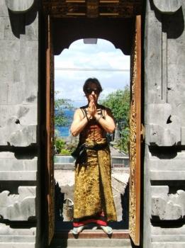 epv 1029.jpg Touriste à Pura Goa Lawah ou Grotte des chauves-souris entre Kusamba et Padangbai
