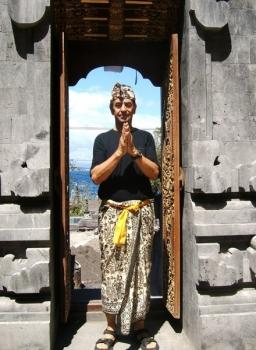 epv 1031.jpg Touriste à Pura Goa Lawah ou Grotte des chauves-souris entre Kusamba et Padangbai